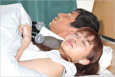 イベントでのベッドシーンの一コマ・チュートリアル・徳井義実とHKT48の指原莉乃1
