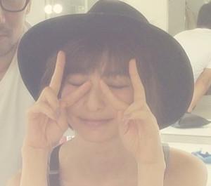 篠田麻里子がピースしている画像