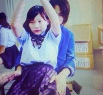 伊藤沙莉が菊池風磨の膝の上に乗っている写真