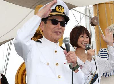 タモリカップで船長の恰好をしているタモリ
