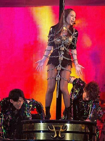 浜崎あゆみがa-nationで披露した黒のボディスーツにチェーン姿