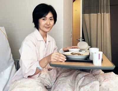 10月27日に乳房再建手術を受け、病室で静養する生稲晃子
