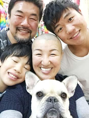 坊主にした北斗晶と家族の写真