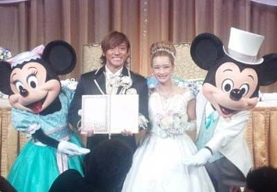 内山麿我と再婚相手がディズリーリゾートで挙式した際の写真