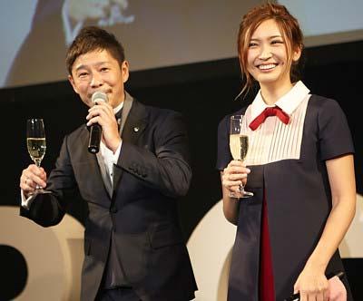 前澤友作と紗栄子のツーショット写真1枚目