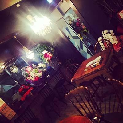 スザンヌがオープンさせたカフェ「CAFEBAR 8%」の店内