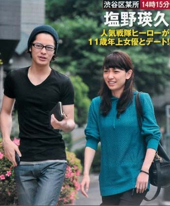 小林夏子と塩野瑛久のフライデーツーショット写真1枚目