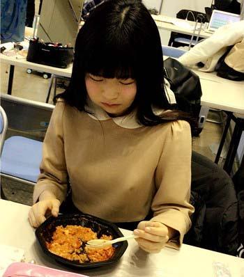 経費削減?で普通の弁当になったAKB48の食事