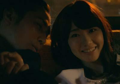 ドラマ『桜坂近辺物語』で柏木由紀が袴田吉彦とイチャつき、至近距離で笑顔のシーン