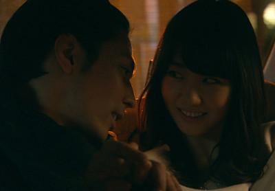 ドラマ『桜坂近辺物語』で柏木由紀が袴田吉彦とイチャつき、見つめ合うシーン