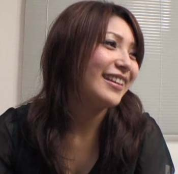 アダルト作品に出演している新田恵海似の女性の横向き