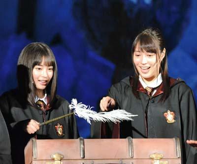 広瀬すずと広瀬アリス姉妹がUSJのハリーポッターイベントで共演した際のツーショット写真の2枚目