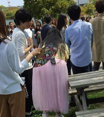 『「ぷっ」すま』のロケで渡辺直美と話している様子の中島健人