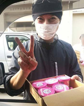 熊本の避難所などを訪れたSMAPの中居正広がサーティワンのアイスクリームを配布する写真2