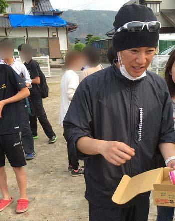 熊本の避難所などを訪れたSMAPの中居正広がサーティワンのアイスクリームを配布する写真1