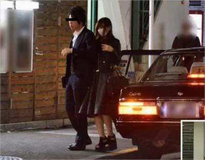 『週刊文春』が隠し撮りした木下春奈と秋田新太郎のツーショット写真(タクシーから降りた瞬間)
