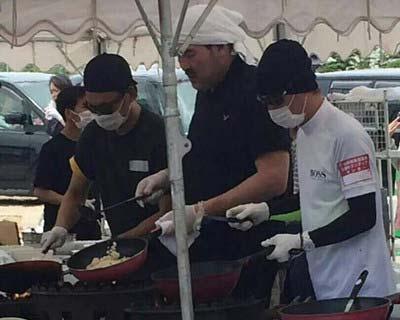 炊き出しボランティアに参加したSMAPの中居正広、香取慎吾、福澤克雄1