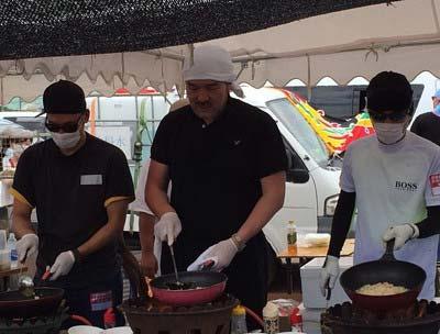 炊き出しボランティアに参加したSMAPの中居正広、香取慎吾、福澤克雄2