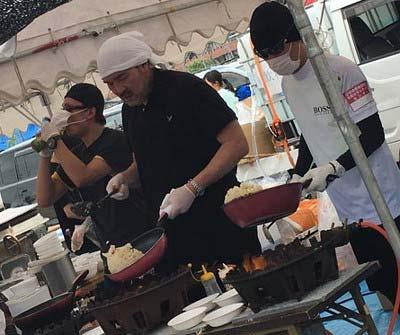炊き出しボランティアに参加したSMAPの中居正広、香取慎吾、福澤克雄3