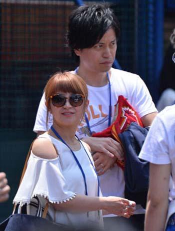 横浜スタジアムに訪れた矢口真里と梅田賢三