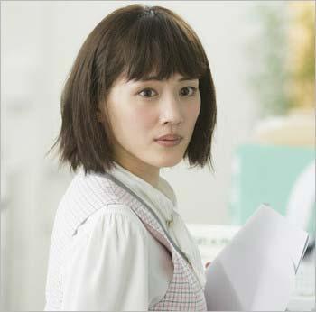 映画『高台家の人々』でOL・平野木絵を演じている綾瀬はるか