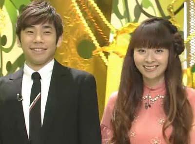 織田信成と妻・茉由が『新婚さんいらっしゃい!』に出演した際のツーショット写真