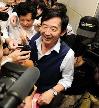 都知事選出馬説が急浮上し、羽田空港で報道陣に囲まれる石田純一