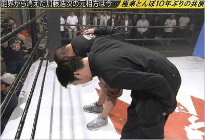 極楽とんぼの山本圭壱と加藤浩次がめちゃ×2イケてるッ!で頭を下げて謝罪を行ったシーン