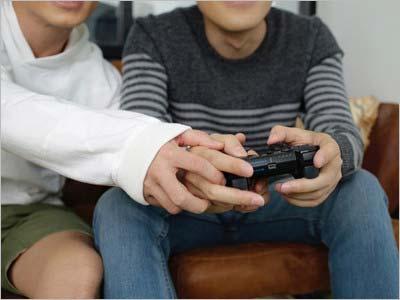 『オリエンタルラジオ×青山裕企 写真集 DOUSEI -ドウセイ-』のワンカット 手を握っている写真