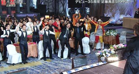 『2015 FNS歌謡祭』で近藤真彦が歌唱していたシーンのステージ前の様子
