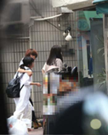 週刊女性が隠し撮りした女性と友人のマンションにはいる姿