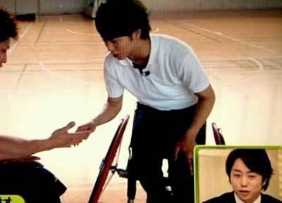 車いすバスケを体験した櫻井翔