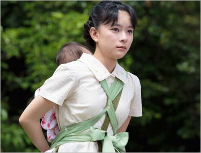 『べっぴんさん』第1話のワンシーン(芳根京子が赤ちゃんを背負っている場面)
