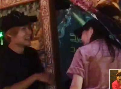 西野未姫と樋口裕太が大慶園のゾンビゲーム前で談笑している場面