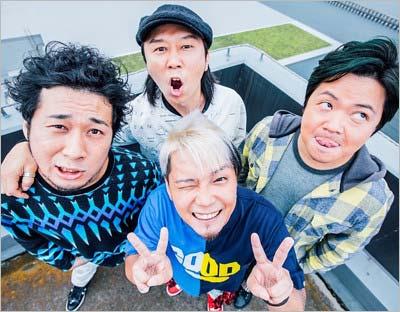 VサインするリーダーでボーカルSHOGO(中央手前)と、左からドラムYOSHIAKI、ギターKAZYA、ベースISAKICK