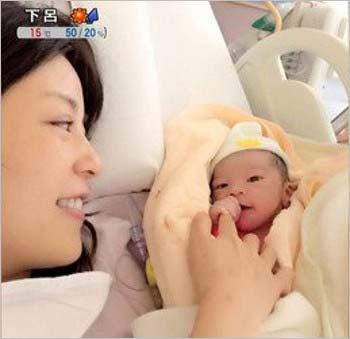 中野美奈子と産まれたばかりの赤ちゃんのツーショット写真