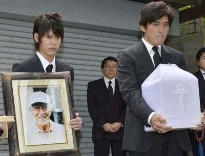 三國連太郎の葬儀で撮影された佐藤寛一郎と佐藤浩市