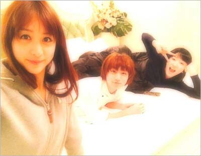 ツイッターに流出した『ピーチガール』出演の永野芽郁と伊野尾慧、山本美月のスリーショット写真