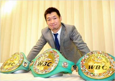 3つのチャンピオンベルトを前に笑顔を見せる長谷川穂積選手