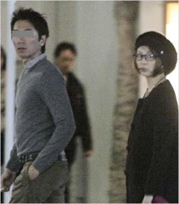 米倉涼子と元夫のツーショット写真(フライデー撮影)