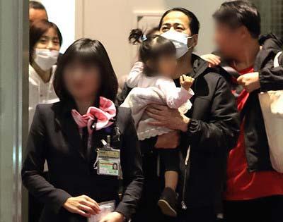 女性自身が羽田空港で撮影したHIROと上戸彩の写真