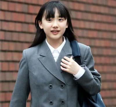 芦田愛菜の慶應義塾中等部の式典用学生服姿の写真