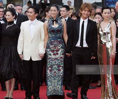 2004年のカンヌ国際映画祭でレッドカーペットを歩いた木村拓哉の写真