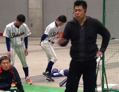 学生に野球指導する中村紀洋