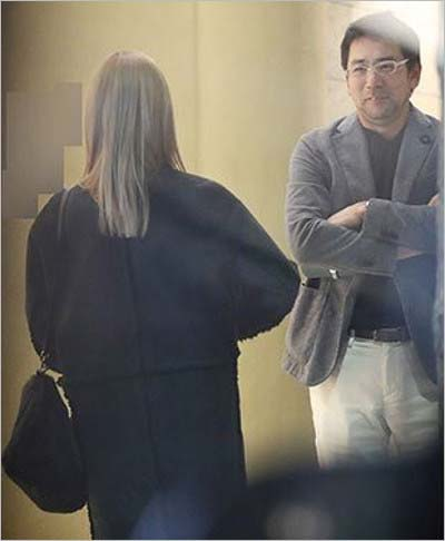 週刊文春が撮影した橋本奈々未と村松俊亮のツーショット写真(金髪後ろ姿)