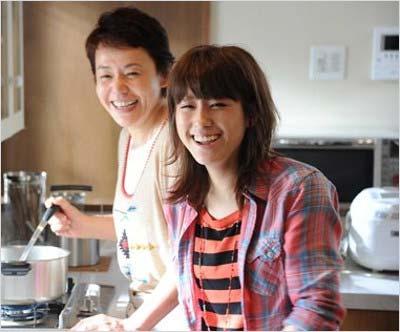 IMALUと大竹しのぶがヤマサ醤油『昆布つゆ白だし』のTVCMで初めて親子共演した時の写真