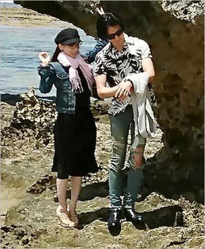 フライデーが沖縄・古宇利島で撮影の彼氏?とのツーショット(拡大)
