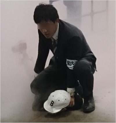 欅坂46の握手会で発煙筒を投げ込み、関係者に取り押さえられる犯人