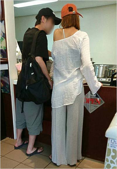 サイパン空港で撮影の滝沢カレンと彼氏のツーショット(週刊文春が撮影)