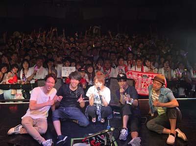 札幌ペニーレーン24で全国ツアー初日公演を行った高橋みなみ、会場客との写真